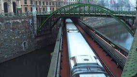地铁在街道把隧道留在维也纳 股票视频