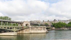 地铁在pont de Bir Hakeim桥梁的火车timelapse 股票视频