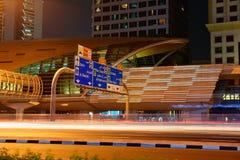 地铁地铁站在晚上在迪拜,阿拉伯联合酋长国 库存图片
