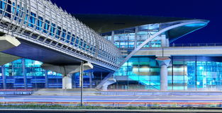 地铁地铁站在晚上在迪拜,阿拉伯联合酋长国 免版税图库摄影