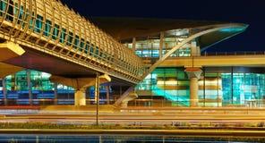地铁地铁站在晚上在迪拜,阿拉伯联合酋长国 免版税库存图片