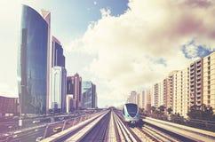 地铁火车在街市的迪拜,阿联酋 免版税库存图片