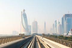 地铁火车在迪拜,阿联酋 免版税库存照片