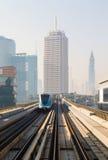 地铁火车在迪拜,阿联酋 图库摄影