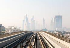 地铁火车在迪拜,阿联酋 免版税图库摄影