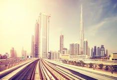 从地铁火车街市看见的迪拜现代,阿拉伯联合酋长国 免版税库存照片