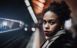 地铁的两种人种的女性有火车的 库存图片