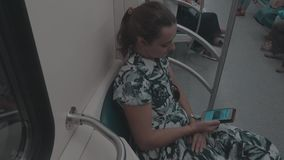 地铁的女孩有电话的 影视素材