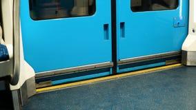 地铁的自动门是闭合的 股票录像