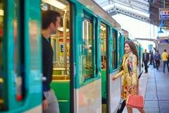 地铁的年轻美丽的巴黎人妇女 免版税库存照片