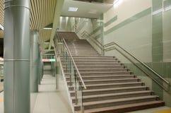专栏和在地铁站地下过道的一层楼梯 免版税图库摄影
