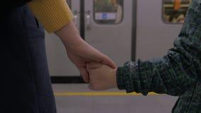 地铁站的母亲和儿子通勤者 影视素材