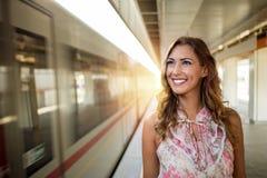地铁站的美丽的年轻女商人 免版税库存图片