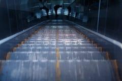 地铁站的自动扶梯 库存图片