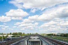 地铁路轨或地铁铁路运输系统在迈阿密,美国 大城市运输业务 公共基础建设概念 旅行的a 库存照片