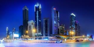 地铁车站和路全景在财政区在晚上,迪拜,阿拉伯联合酋长国 免版税图库摄影