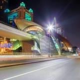 地铁车站和路全景在财政区在晚上,迪拜,阿拉伯联合酋长国 库存照片