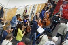 地铁车站的-巴黎,法国音乐家。 库存图片