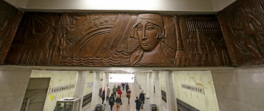 地铁车站Kolomenskaya (被写用俄语)和乘客,莫斯科,俄罗斯 免版税图库摄影
