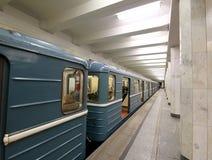 地铁车站Kolomenskaya (被写用俄语)和乘客,莫斯科,俄罗斯 免版税库存图片