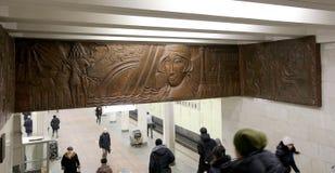 地铁车站Kolomenskaya (被写用俄语)和乘客,莫斯科,俄罗斯 库存图片