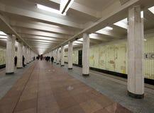 地铁车站Kolomenskaya (被写用俄语)和乘客,莫斯科,俄罗斯 免版税库存照片