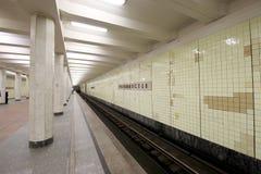 地铁车站Kolomenskaya (被写用俄语)和乘客,莫斯科,俄罗斯 库存照片
