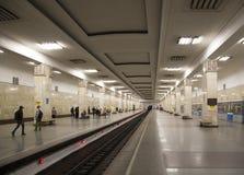地铁车站PartizanskayaIt被写用俄语在莫斯科,俄罗斯 它在18被打开了 01 1944年 免版税库存图片