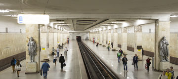 地铁车站PartizanskayaIt被写用俄语在莫斯科,俄罗斯 它在18被打开了 01 1944年 库存图片