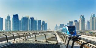 地铁铁路和充分地自动化的火车在现代和豪华迪拜市,阿联酋 免版税库存图片