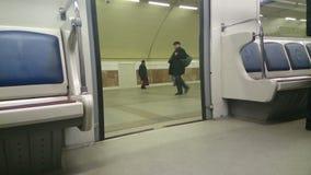 地铁门打开在驻地,乘客进入,赢得席位 股票视频