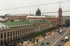 地铁顶视图和购物中心在涅夫斯基的Gostiny Dvor在StPeterburg勘察 免版税库存照片