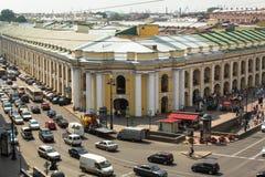 地铁顶视图和购物中心在涅夫斯基的Gostiny Dvor在StPeterburg勘察 免版税库存图片