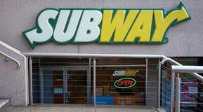 地铁餐馆入口外部 地铁是卖大三明治的美国快餐餐馆特权 免版税图库摄影
