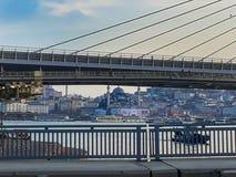 地铁& Unkapani桥梁Goldenhorn伊斯坦布尔 库存图片