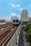 地铁Skytrain奔跑穿过城市 库存照片