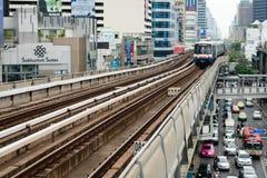 地铁Skytrain奔跑穿过城市 免版税图库摄影