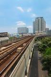 地铁Skytrain奔跑穿过城市 免版税库存图片