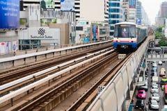 地铁Skytrain奔跑穿过城市 免版税库存照片