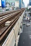 地铁Skytrain线穿过城市 免版税库存图片