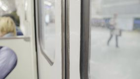地铁vagon的门被关闭和有人的火车坐位子移动 影视素材