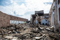 地震或战争后果或飓风或者其他自然灾害,残破的被破坏的大厦,具体垃圾药片  免版税图库摄影
