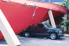 地震损坏的大厦被击碎的卡车车 库存图片