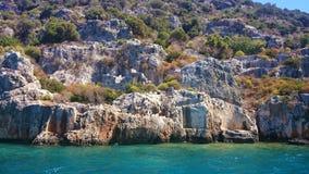 地震毁坏在古老Simena古老Lycian的Kekova Dolichiste海岛上的凹下去的废墟, 库存图片