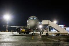 地面工作乘客飞机正面图在晚上 免版税图库摄影