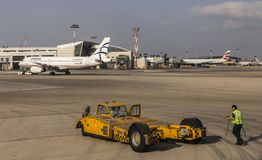 地面成员和Aitport技术支持和乘客ai 库存图片