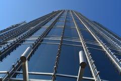 从地面的一个摩天大楼大厦视图 库存图片