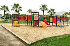 围场的五颜六色的操场在公园 免版税库存图片