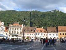 场面在Sfatului广场在布拉索夫山城市在罗马尼亚, 2014年8月28日 库存照片