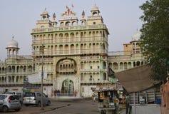 均均乌恩,拉贾斯坦,印度:2015年10月03rd日, :印地安神萨提上帝寺庙在拉贾斯坦萨提是过时印地安葬礼风俗 免版税库存图片
